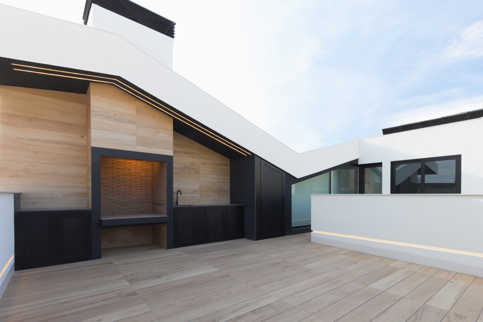 Terraza con barbacoa en casa de pueblo moderna I Chiralt Arquitectos Valencia