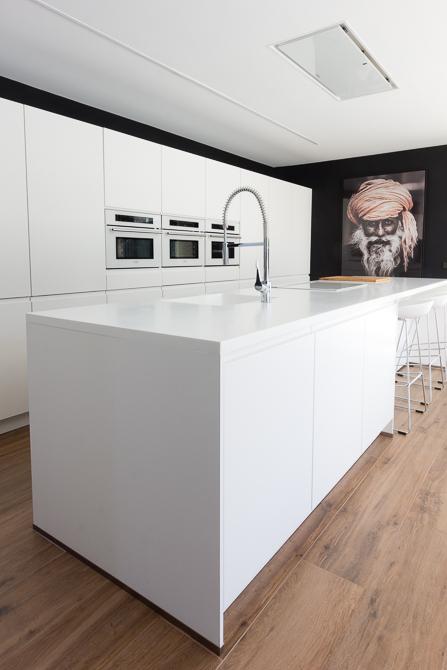Cocina moderna con isla en casa de diseño Cumbres   Chiralt Arquitectos Valencia