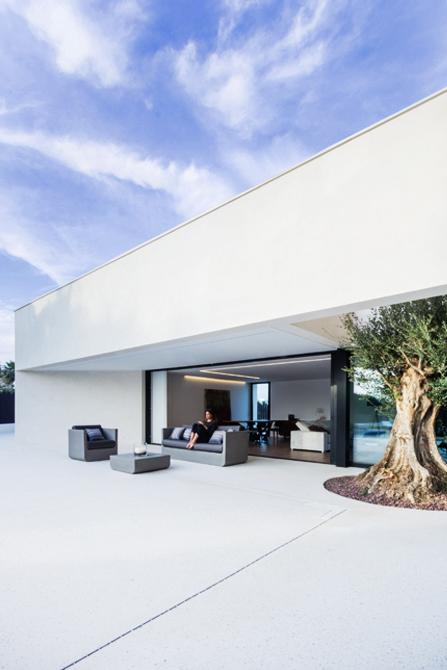 Terraza de lujo casa de diseño Cumbres con conjunto Vondom de Chiralt Arquitectos Valencia