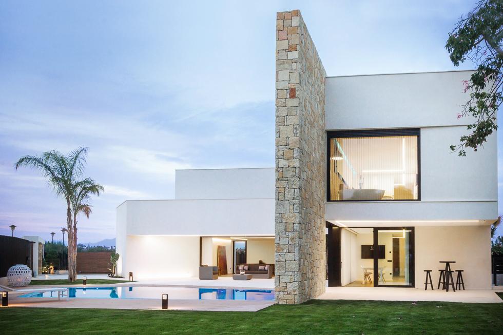 Chalet de lujo con muro de piedra en casa de diseño Cumbres