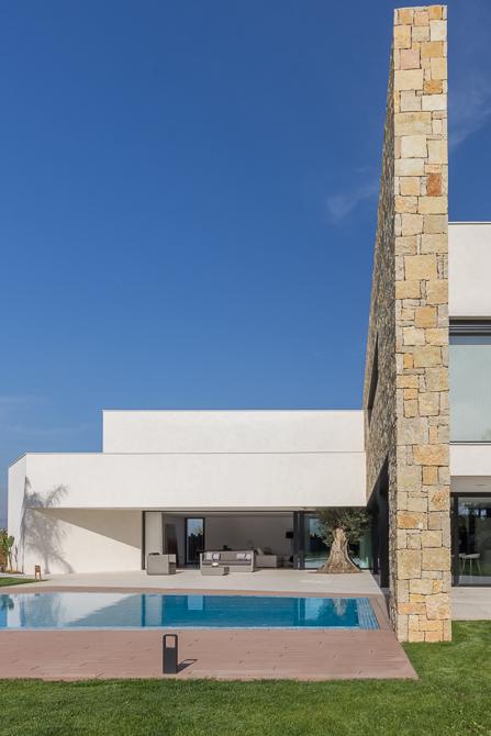 Casa de diseño Cumbres con muro de piedra y jardín   Chiralt arquitectos Cumbres de San Antonio