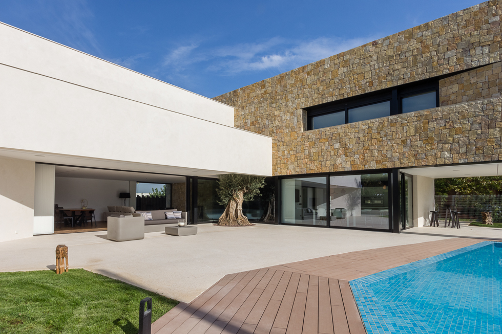 Chalet de lujo con muro de piedra en casa de diseño Cumbres   Chiralt Arquitectos Valencia