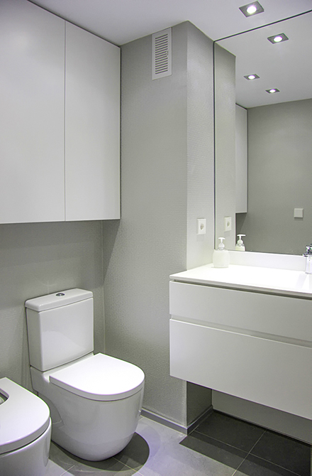 Baño moderno y minimalista y con mampara de cristal en la reforma integral de un pequeño piso |Chiralt arquitectos Valencia | Centelles