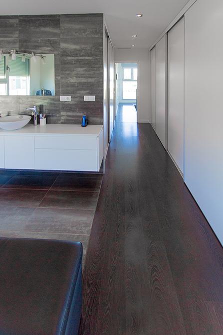 Baño vestidor en habitación de casa minimalista. Chiralt Arquitectos Valencia.