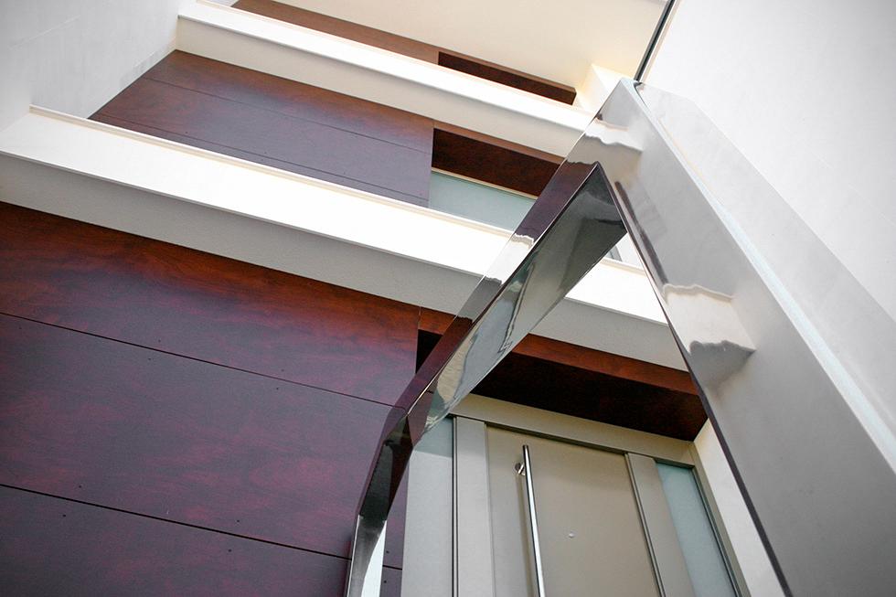 Barandilla de acero para puerta principal moderna . Antes y después de una reforma integral | Chiralt arquitectos Valencia | Casa La Pobla