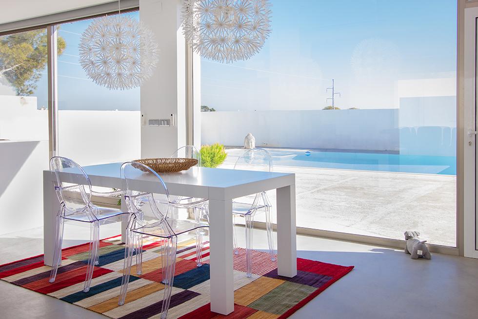 Mesa de comedor con vistas a la piscina