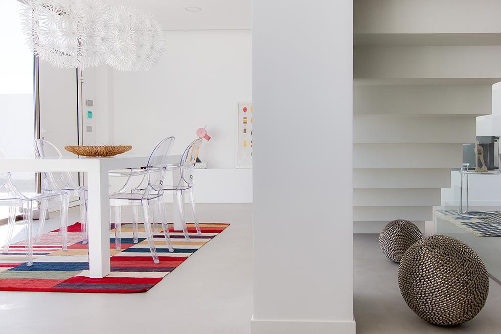 Salón comedor de casa mediterranea con suelo de microcemento blanco | Chiralt arquitectos Valencia