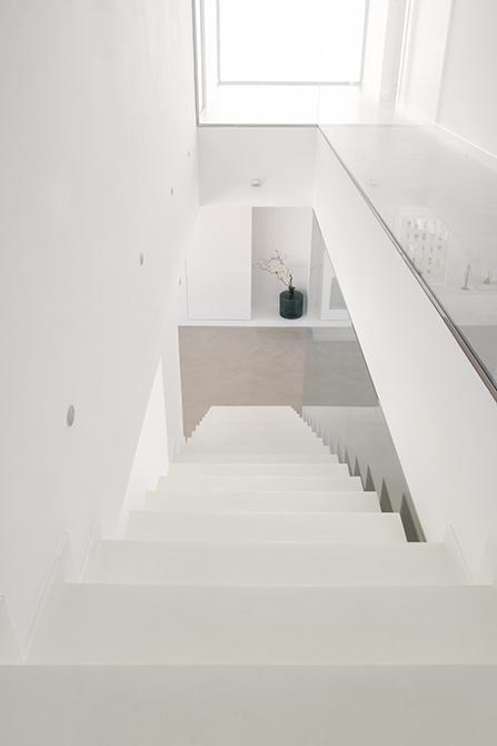 Escalera minimalista de microcemento blanco| Chiralt arquitectos Valencia
