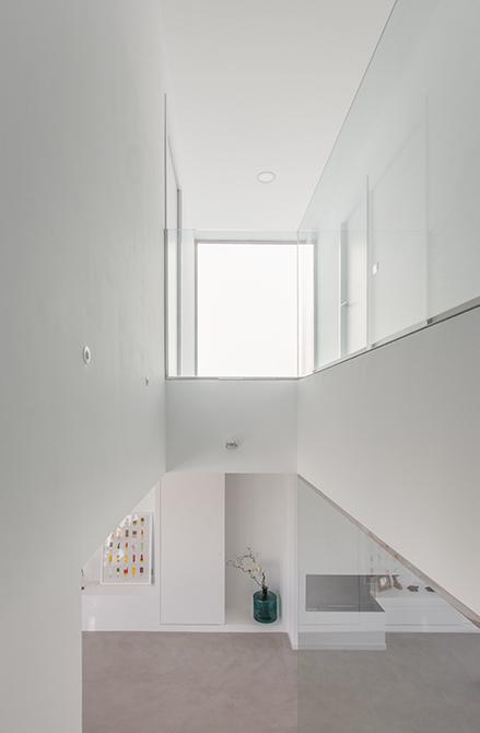 Escalera minimalista con suelo de microcemento | Chiralt arquitectos Valencia