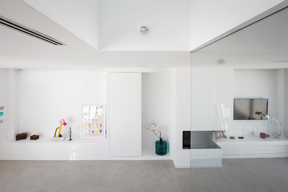 Salón comedor minimalista con suelo de microcemento | Chiralt arquitectos Valencia
