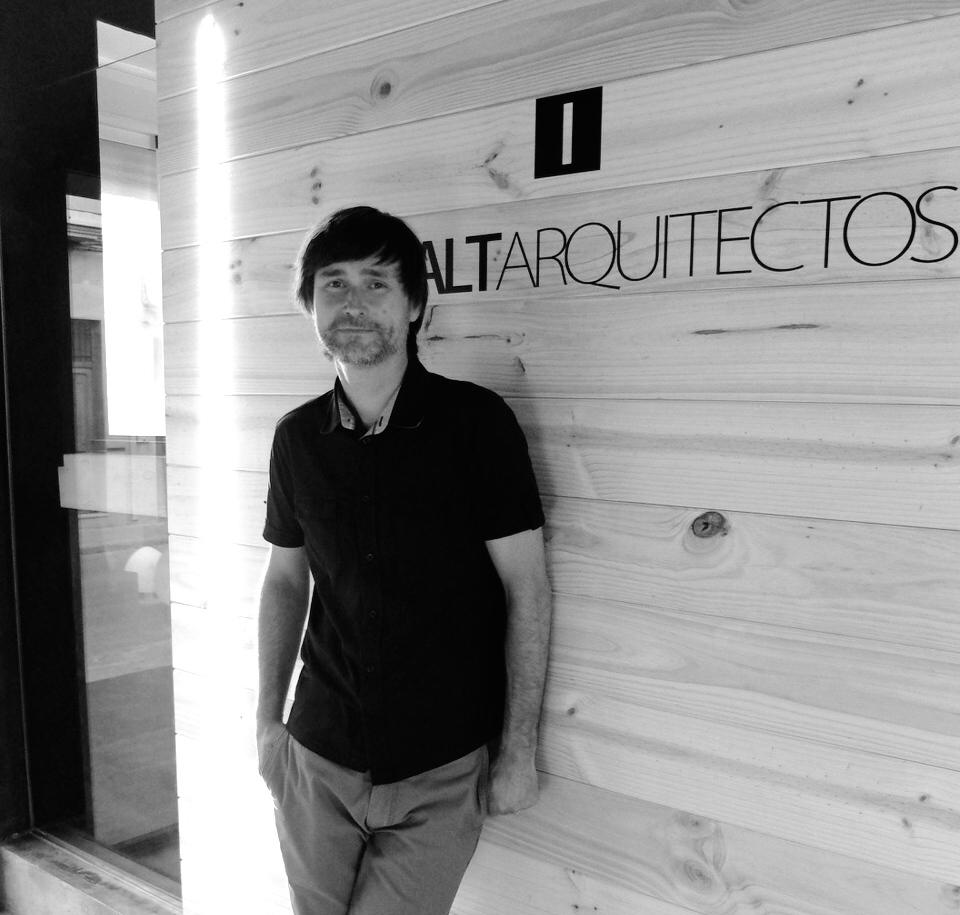 Jaume Chiralt en la entrada del Estudio.