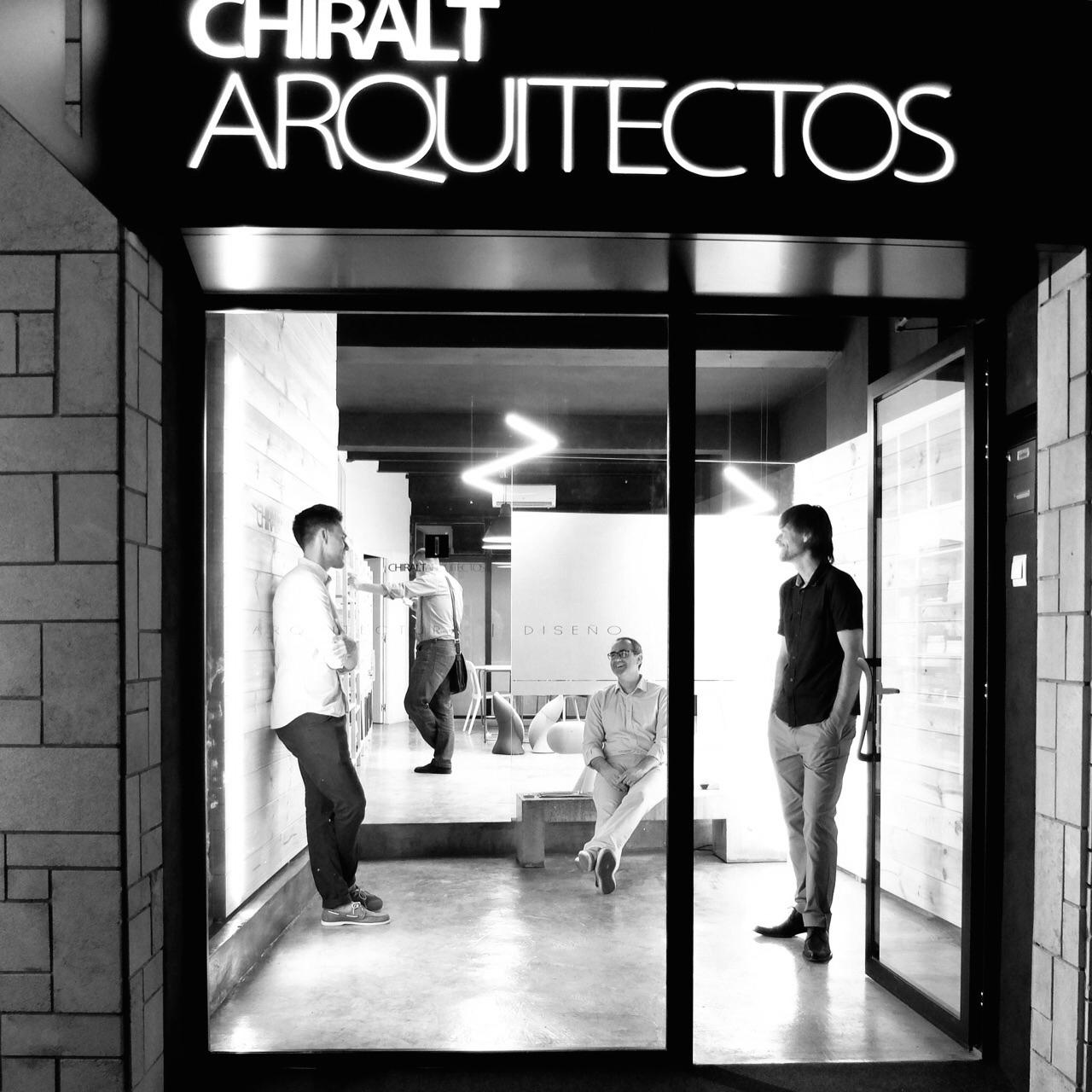 Fachada del estudio Chiralt Arquitectos con parte del equipo