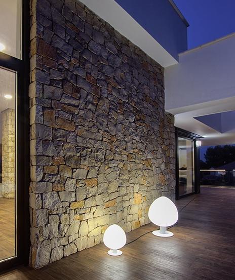 Muro de piedra exterior en casa pasiva moderna | Chiralt arquitectos Valencia