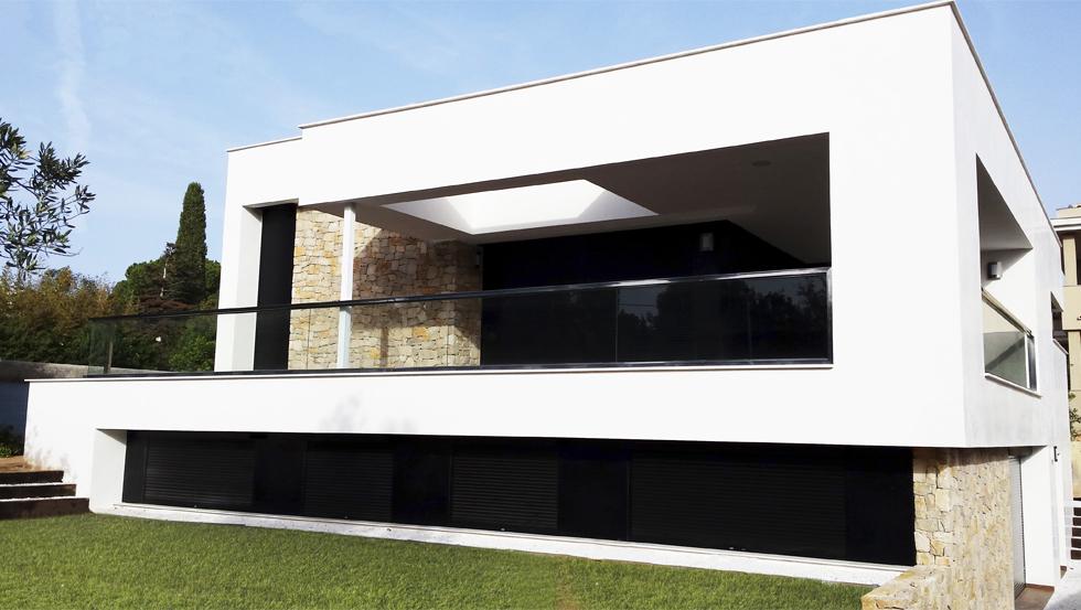 Muro de piedra exterior y lucernario en casa pasiva moderna | Chiralt arquitectos Valencia