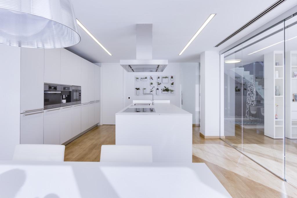 Chiralt arquitectos valenciauna cocina moderna chiralt for Cocinas blancas modernas 2016
