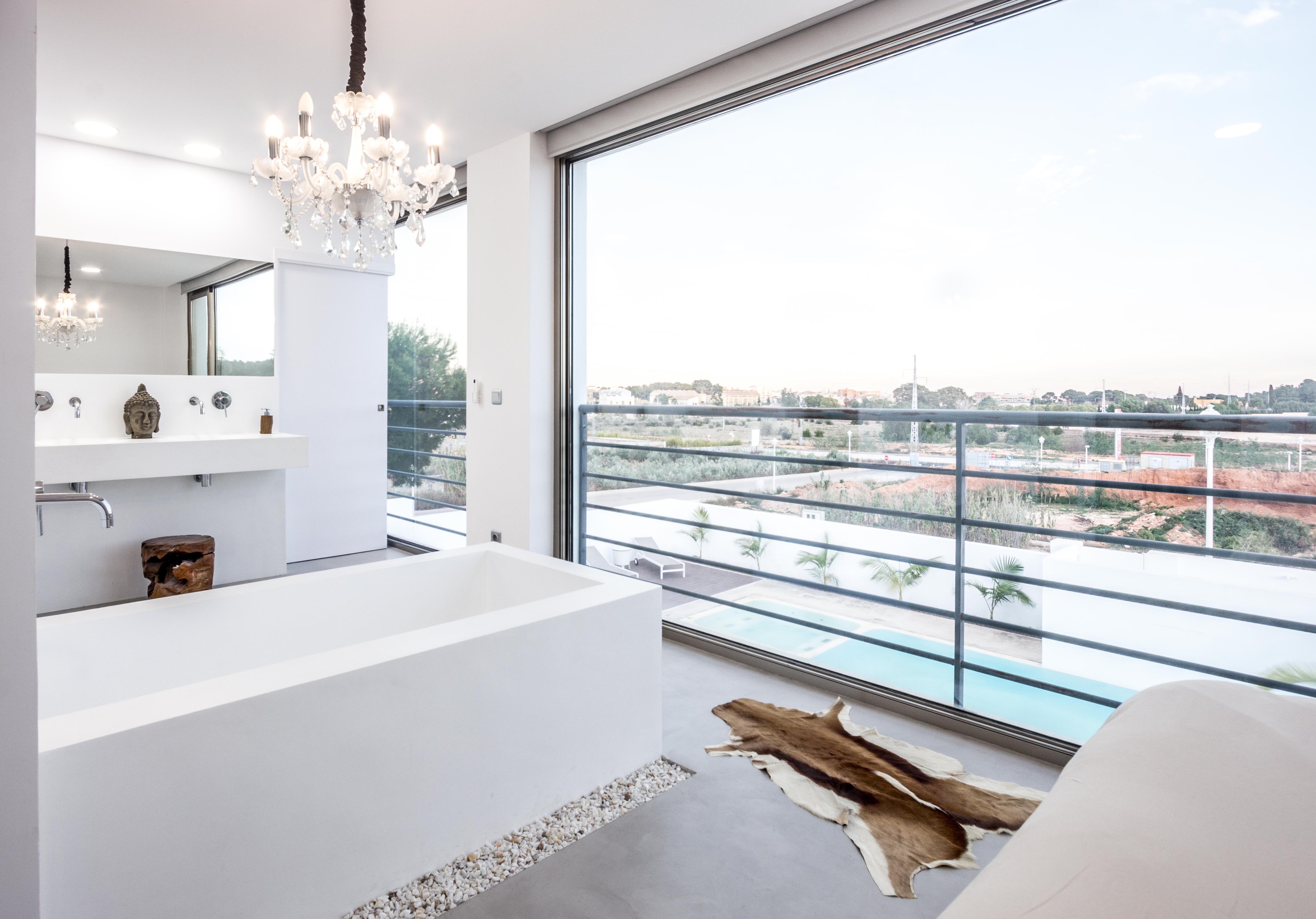 Bañera y lavabo de microcemento blanco en casa cubo mediterranea. Chiralt arquitectos Valencia.