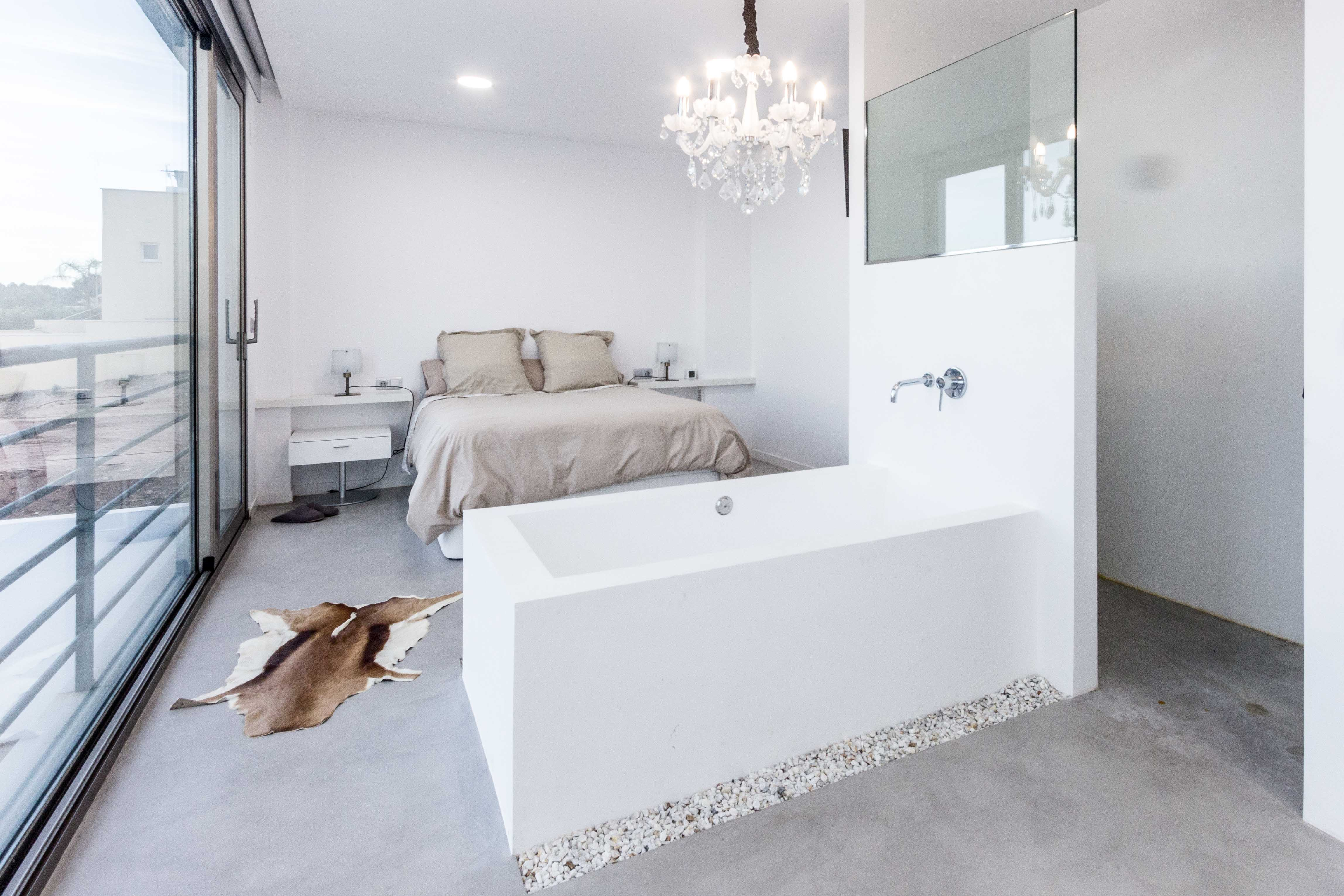Bañera de microcemento blanco en dormitorio en casa mediterranea. Chiralt arquitectos Valencia.