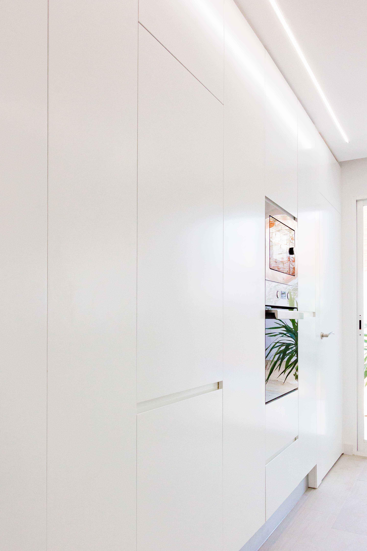 Armario blanco minimalista en reforma de casa. Chiralt Arquitectos Valencia.