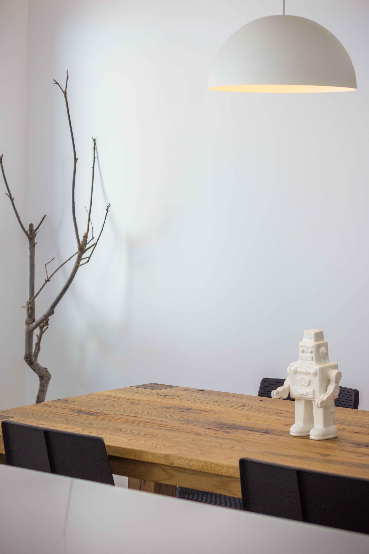 Decoración de comedor estilo nórdico con mesa de madera y robot en reforma de casa. Chiralt Arquitectos Valencia.