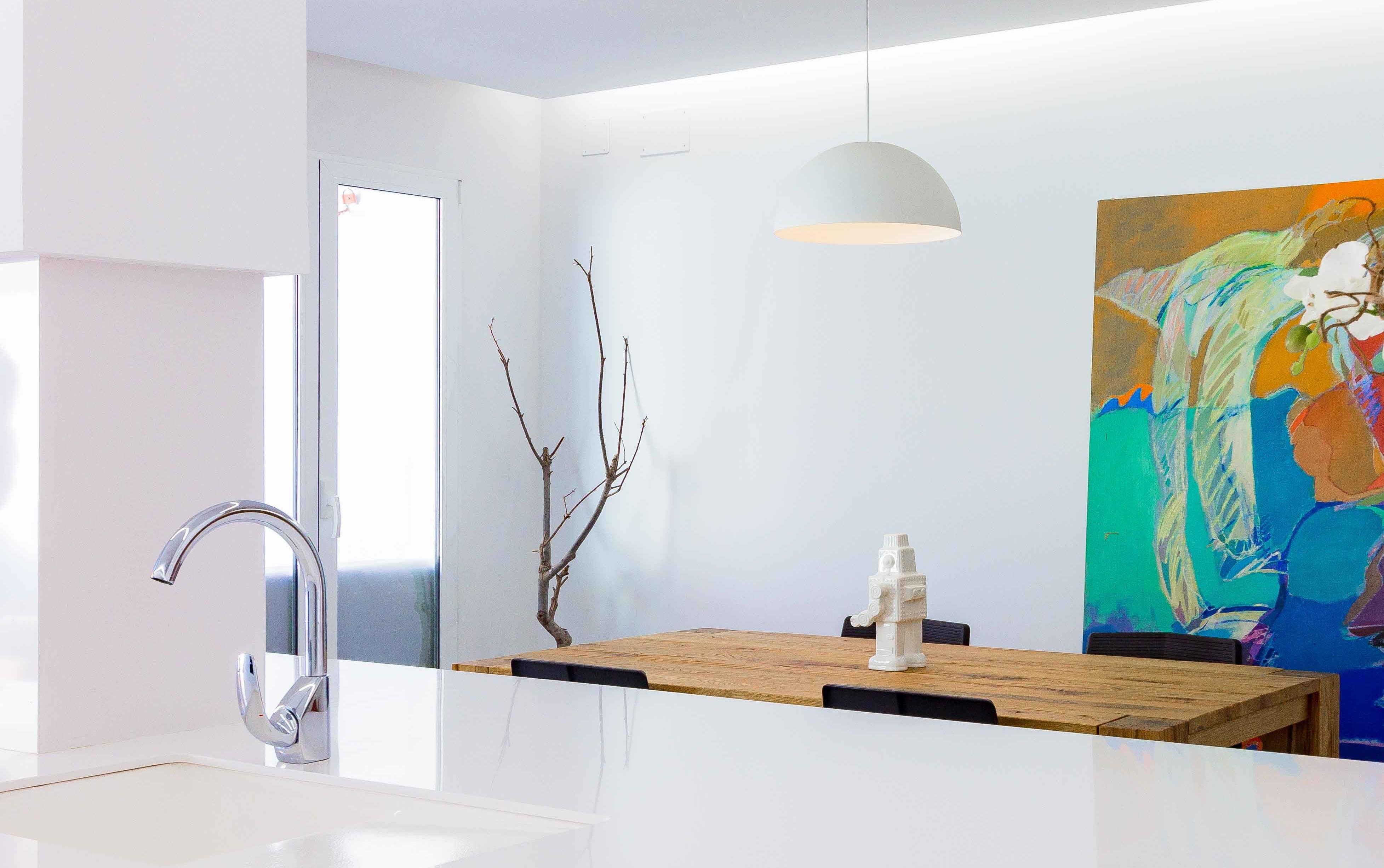 Decoración de cocina comedor estilo nórdico minimalista con mesa de madera en reforma de casa. Chiralt Arquitectos Valencia.