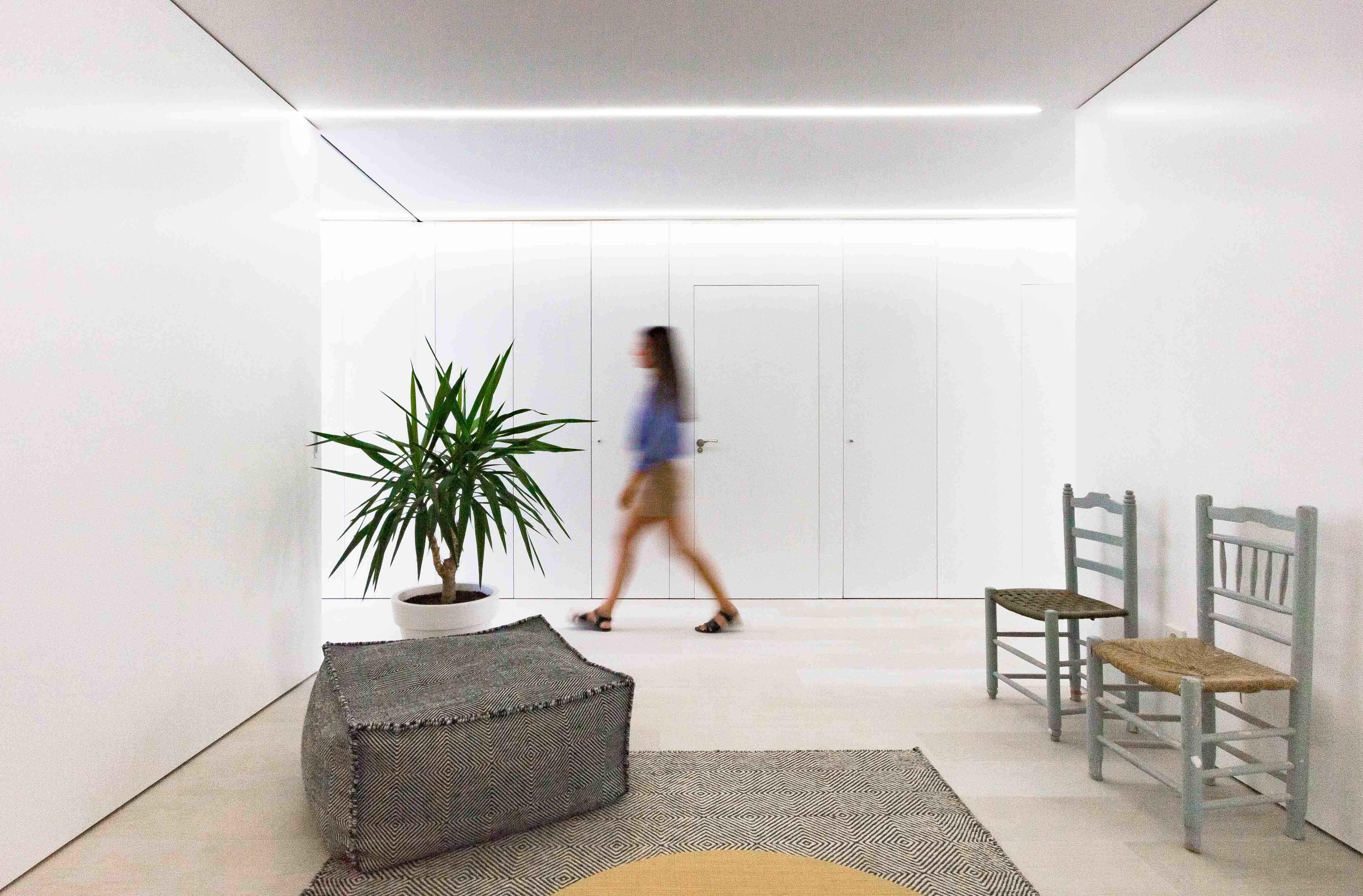 Conjunto de alfombra en decoración minimalista en reforma de casa. Chiralt Arquitectos Valencia.