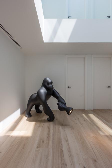 Escultura Kong byStefano Giovannoni paraQeeboo en casa de pueblo moderna - Chiralt Arquitectos Valencia