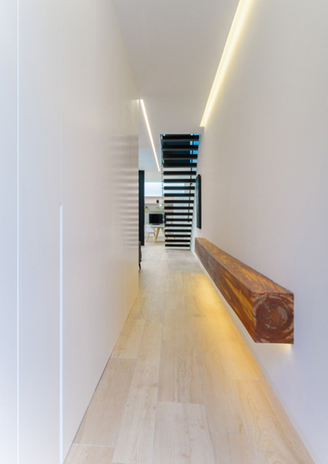 Entrada moderna. Viga de madera de casa de pueblo moderna de Chiralt Arquitectos Valencia