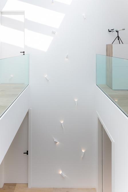 Casa minimalista .Suelo de madera. Patio interior. Doble altura casa de pueblo moderna de Chiralt Arquitectos Valencia
