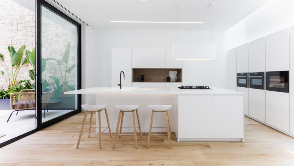 Cocina minimalista santos en casa de pueblo moderna I Chiralt Arquitectos Valencia