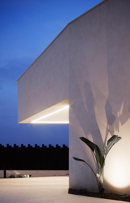 Vivienda de diseño con voladizo blanco de Chiralt Arquitectos Valencia