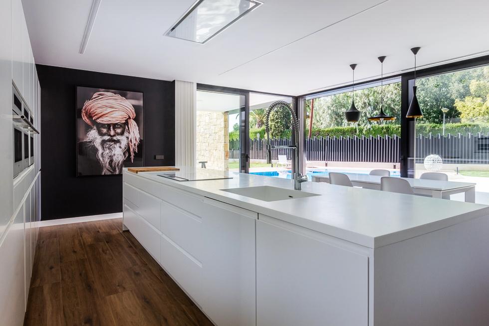 Cocina moderna con isla en casa de diseño Cumbres de Chiralt Arquitectos Valencia