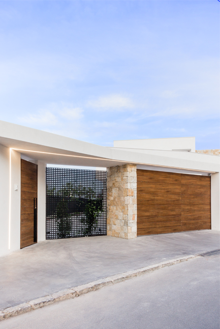 Puerta moderna de madera en casa de diseño Cumbres de Chiralt Arquitectos Valencia