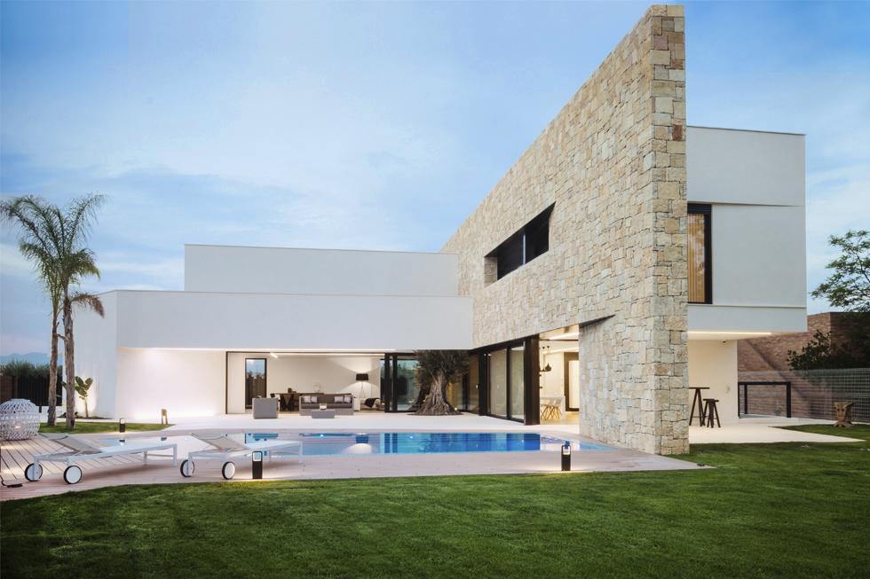 Chalet de lujo con muro de piedra en casa de diseño Cumbres de Chiralt Arquitectos Valencia