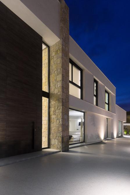 Casa de diseño con fachada de piedra de Chiralt Arquitectos Valencia