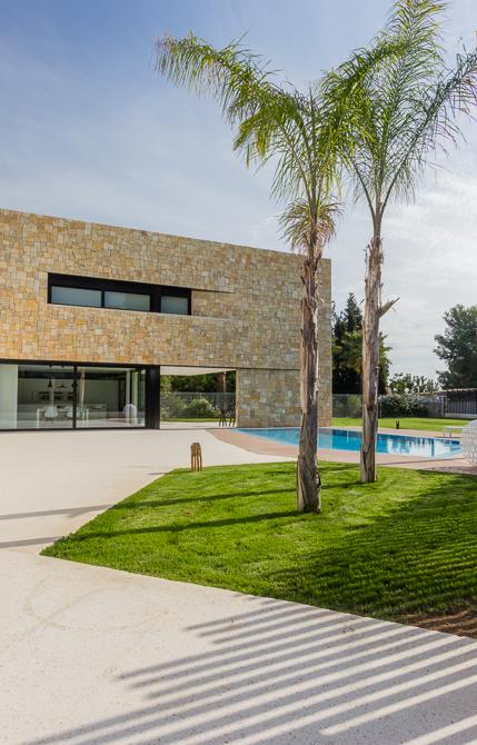 Jardín en casa de diseño Cumbres con fachada de piedra de Chiralt Arquitectos Valencia