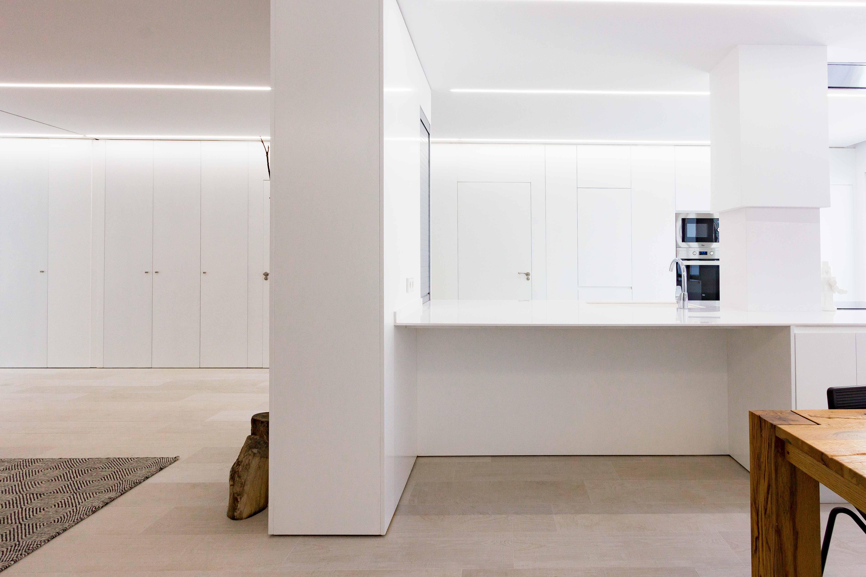 Cocina blanca minimalista en reforma de vivienda. Chiralt Arquitectos Valencia.
