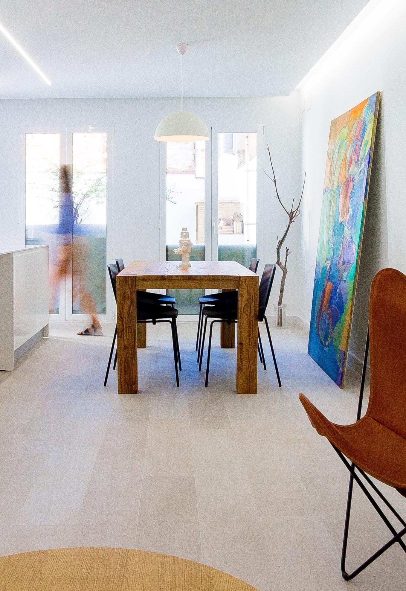 Comedor minimalista en reforma de vivienda. Chiralt Arquitectos Valencia.