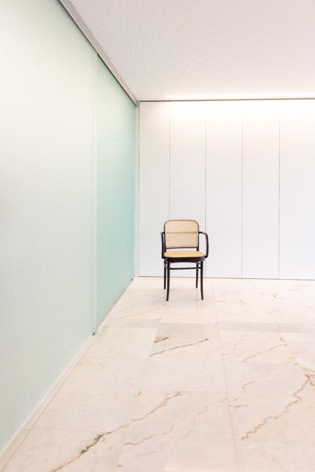 silla ton sobre suelo de marmol en vivienda mediterranea. Chiralt Arquitectos Valencia