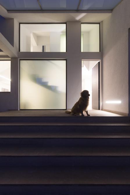 Puerta principal minimalista- Chiralt Arquitectos Valencia