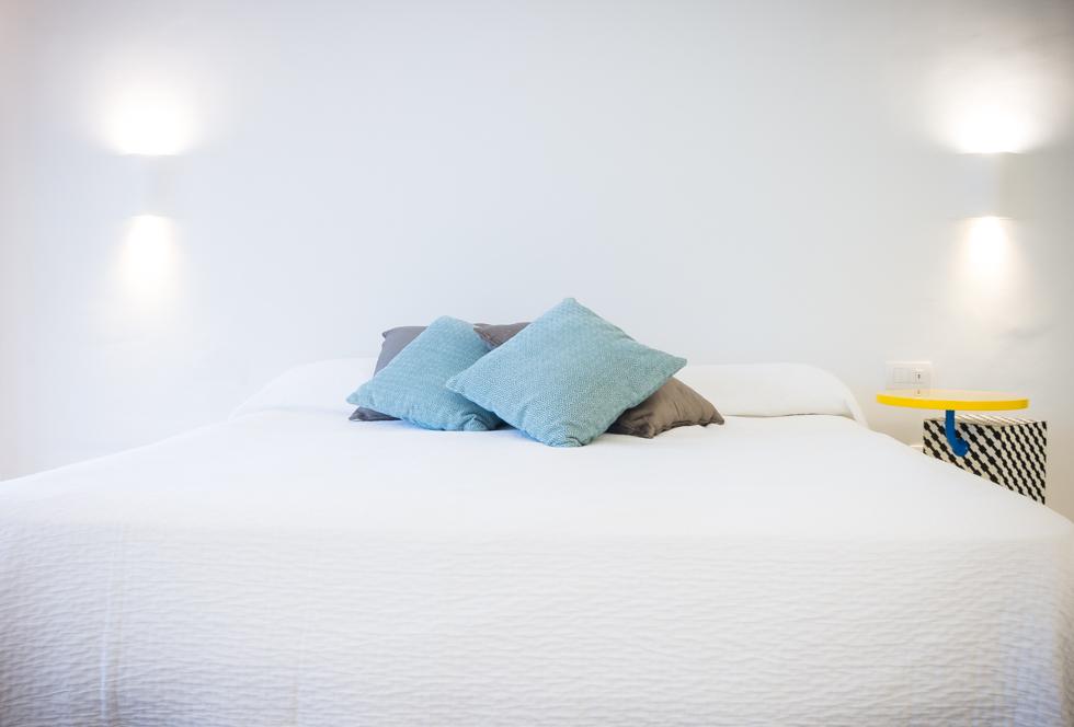 Dormitorio minimalista en blanco en reforma integral. Chiralt Arquitectos Valencia