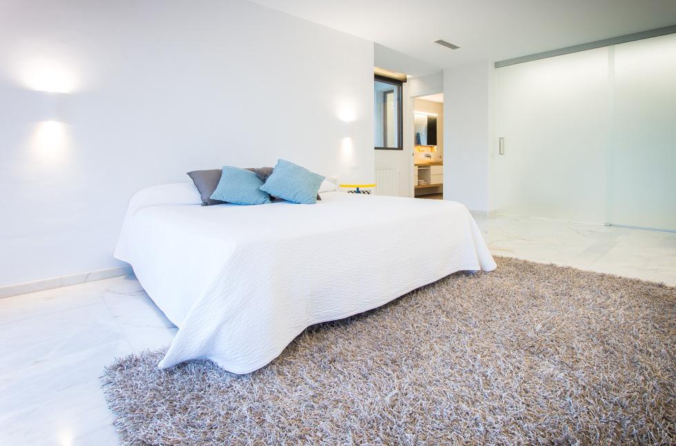 Dormitorio moderno en blanco en vivienda mediterranea. Chiralt Arquitectos Valencia