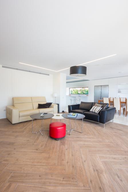 Salón moderno con vistas y parquet - Chiralt Arquitectos Valencia