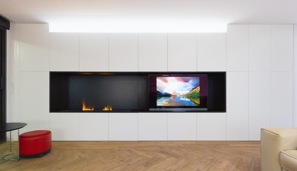 Armariada tv moderna en blanco y negro en vivienda mediterránea. Chiralt Arquitectos Valencia