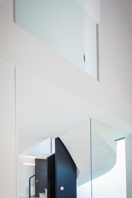 Escalera moderna en blanco y negro en vivienda mediterránea. Chiralt Arquitectos Valencia