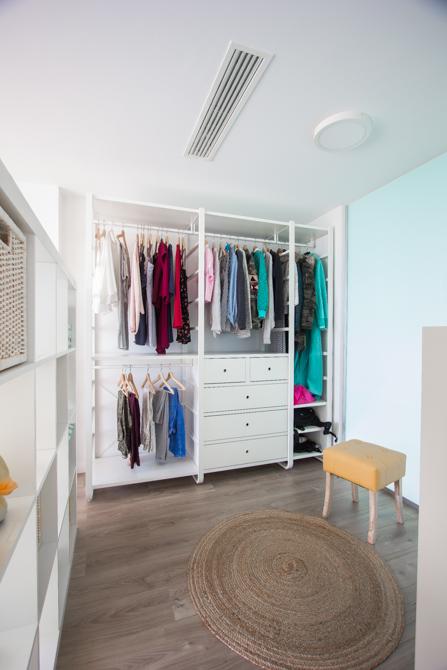 Vestidor juvenil minimalista en blanco en vivienda mediterránea. Chiralt Arquitectos Valencia