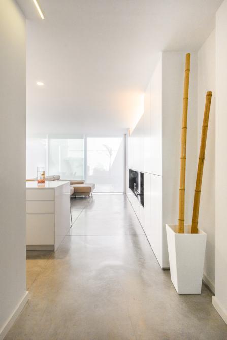 Suelo hormigón y armariada blanca en vivienda estilo nórdico - Chiralt Arquitectos Valencia