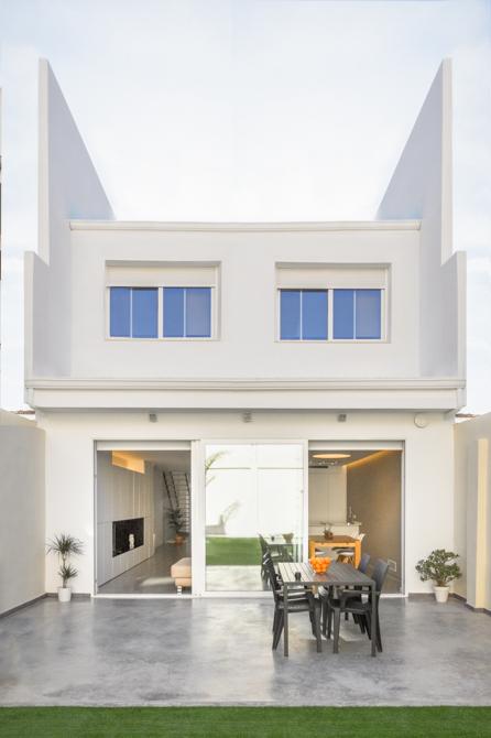 Terraza urbana con suelo de hormigón y ventanales en vivienda estilo nórdico - Chiralt Arquitectos Valencia