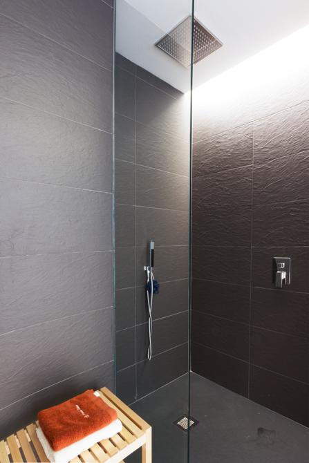 Ducha negra con mampara de cristal en vivienda estilo nórdico - Chiralt Arquitectos Valencia