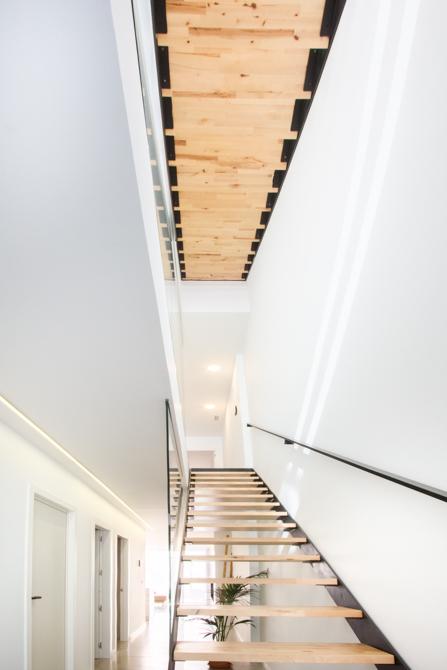 Escalera escandinava de madera y hierro en vivienda estilo nórdico - Chiralt Arquitectos Valencia