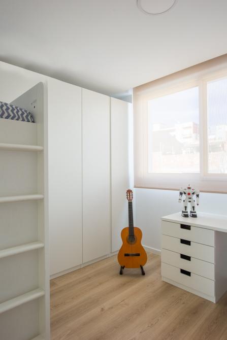 Habitación juvenil moderna en blanco en vivienda estilo nórdico - Chiralt Arquitectos Valencia